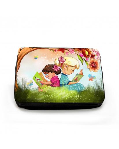 Gefüllte Federtasche Kinder auf Wiese im Sommer mit Schmetterlingen und Baum filled pencil case children in summer with butterflies and tree fm045