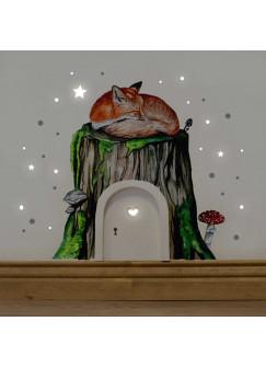 Elfentür mit Wandtattoo schlafender Fuchs auf Baumstamm mit Fliegenpilz Moos und Punkten e04