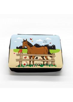 Gefüllte Federtasche Pferd auf Koppel mit Schmetterlingen und Wunschname fm003