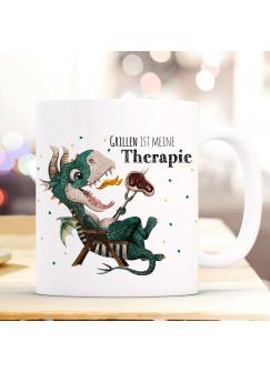Tasse Becher kleiner Drache im Liegestuhl & Spruch Grillen ist meine Therapie Kaffeebecher Geschenk Spruchbecher ts1008